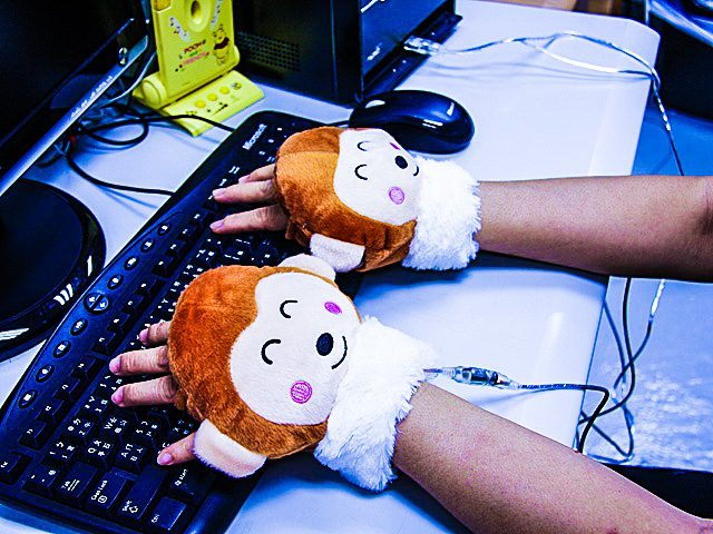 usb-monkey-viskey-hands-glove-warming-heating-cute-desktop-office-gadget