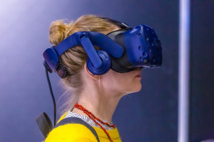 VR Sketch Drawing Editor Design Creating Immersion Architecture Professional Software Editing Creating Woman HTC VIVE Headset Yellow Sweater
