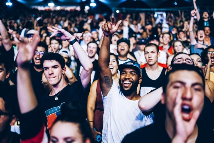 nicholas-green-crowd-cheering-audience-happy-event-group-people-enjoying-dancing-loud-yelling-screaming-supporting-top-10-popular-articles-2018-techacute