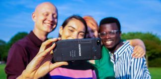 Meaningful Christmas Tech Gifts 2020 Gadgets Sustainable List Ideas Fairphone Group Selfie